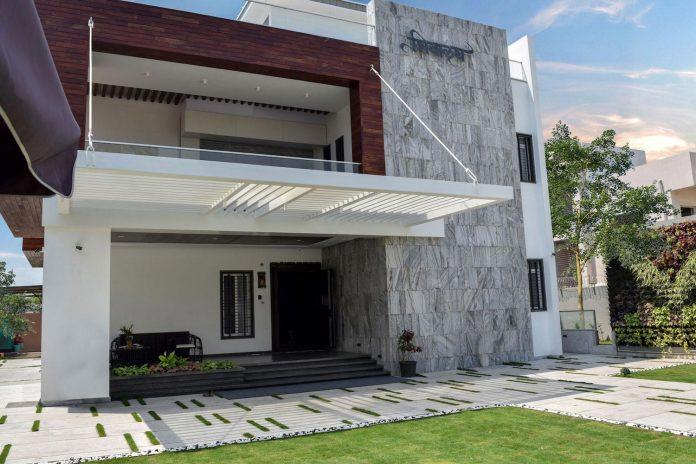 7500-square-foot-modern-wall-house-skywardinc-architects-03