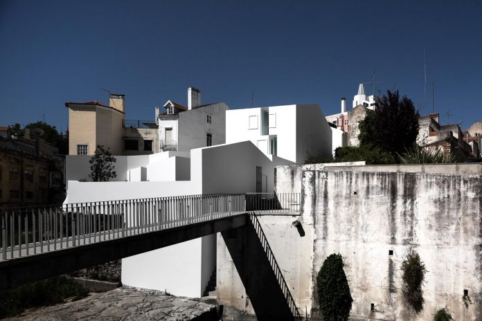 aires-mateus-design-contemporary-white-house-historical-center-alcobaca-01