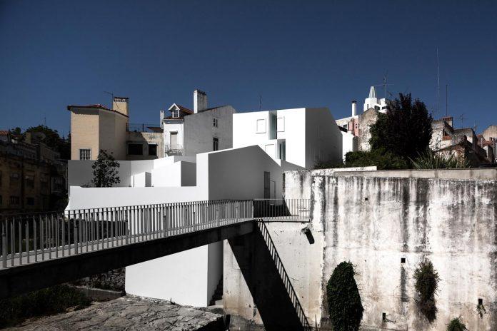 aires-mateus-design-contemporary-white-house-historical-center-alcobaca-01