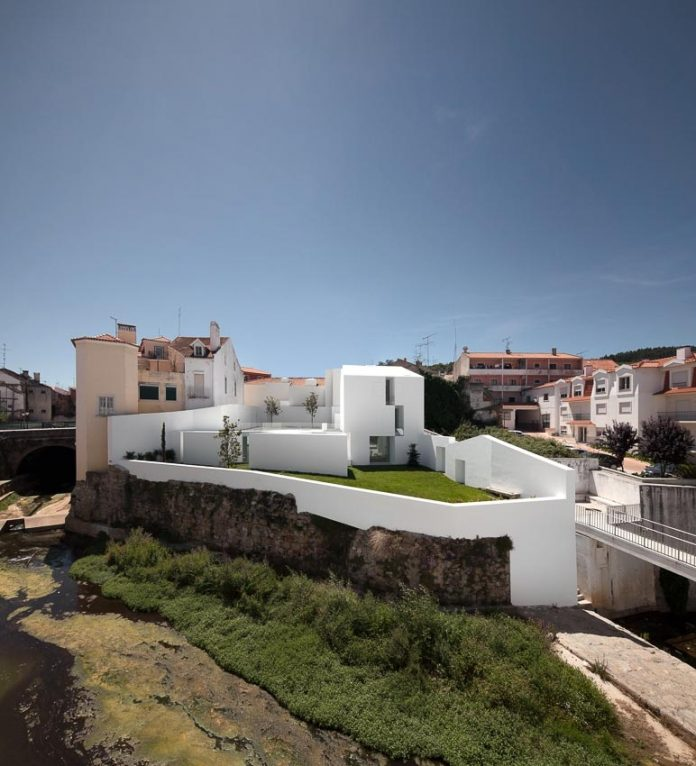 aires-mateus-design-contemporary-white-house-historical-center-alcobaca-02