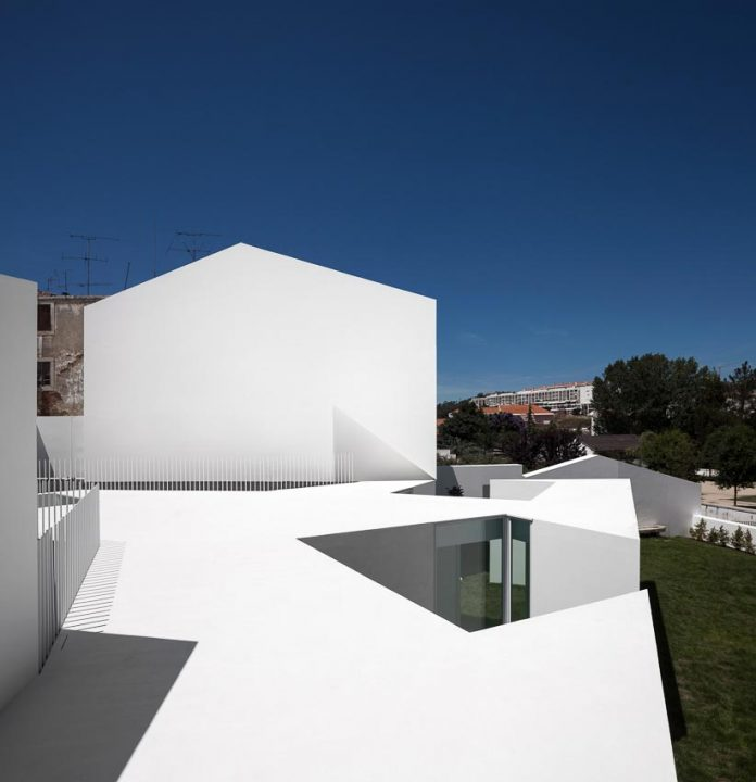 aires-mateus-design-contemporary-white-house-historical-center-alcobaca-03