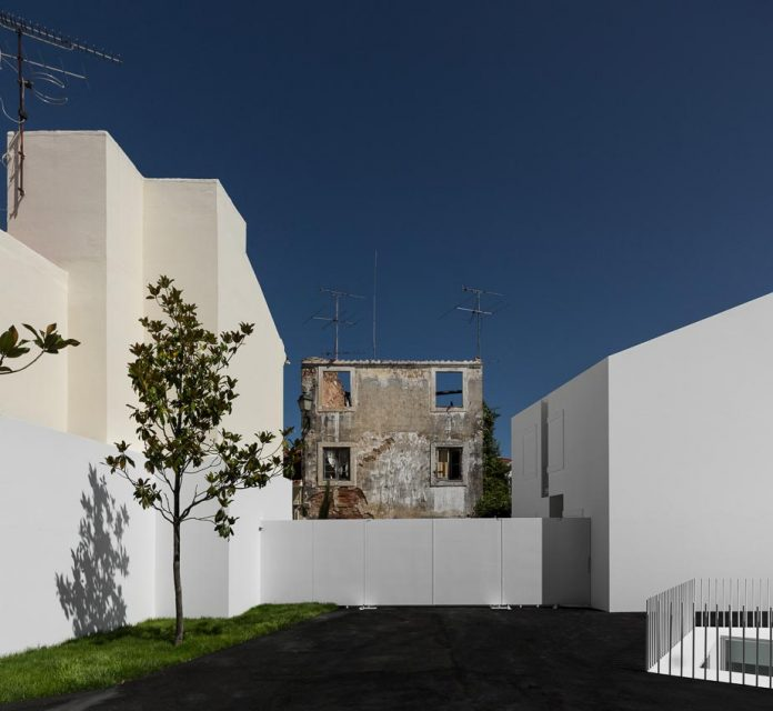 aires-mateus-design-contemporary-white-house-historical-center-alcobaca-04