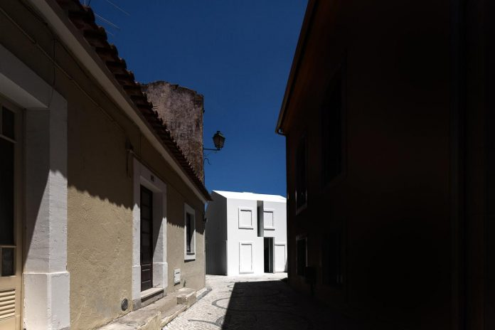 aires-mateus-design-contemporary-white-house-historical-center-alcobaca-05