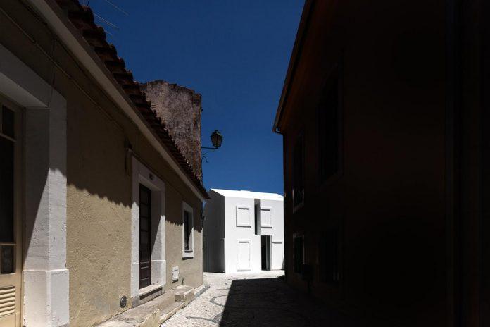 aires-mateus-design-contemporary-white-house-historical-center-alcobaca-05