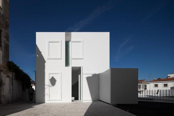 aires-mateus-design-contemporary-white-house-historical-center-alcobaca-06