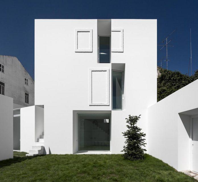 aires-mateus-design-contemporary-white-house-historical-center-alcobaca-07