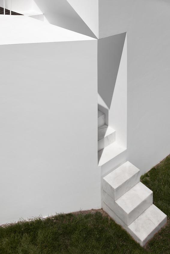 aires-mateus-design-contemporary-white-house-historical-center-alcobaca-08