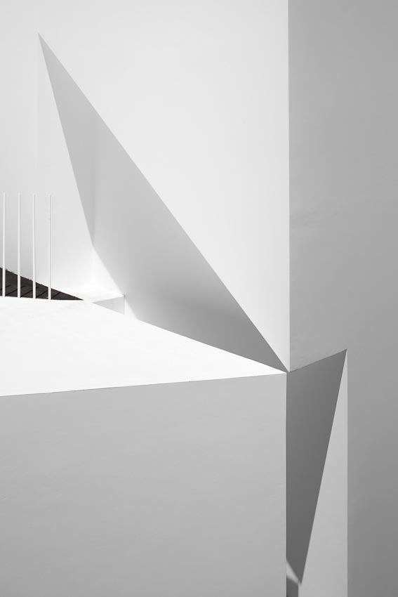 aires-mateus-design-contemporary-white-house-historical-center-alcobaca-09