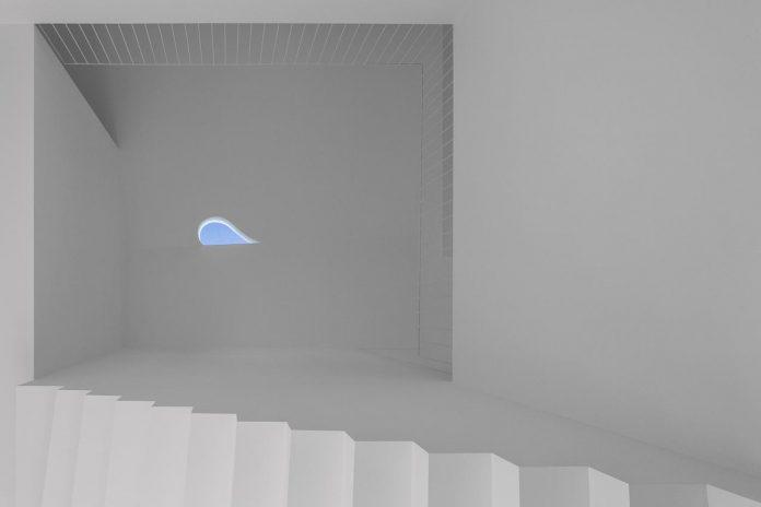 aires-mateus-design-contemporary-white-house-historical-center-alcobaca-10