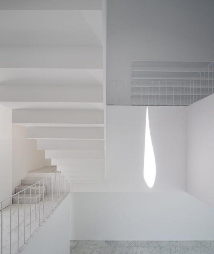 aires-mateus-design-contemporary-white-house-historical-center-alcobaca-11