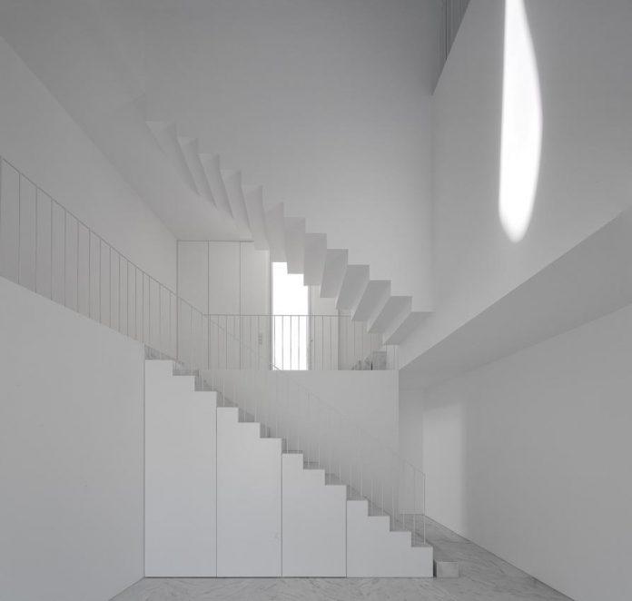 aires-mateus-design-contemporary-white-house-historical-center-alcobaca-12
