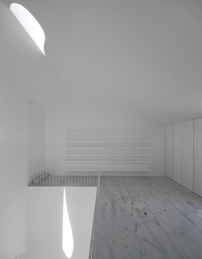 aires-mateus-design-contemporary-white-house-historical-center-alcobaca-13