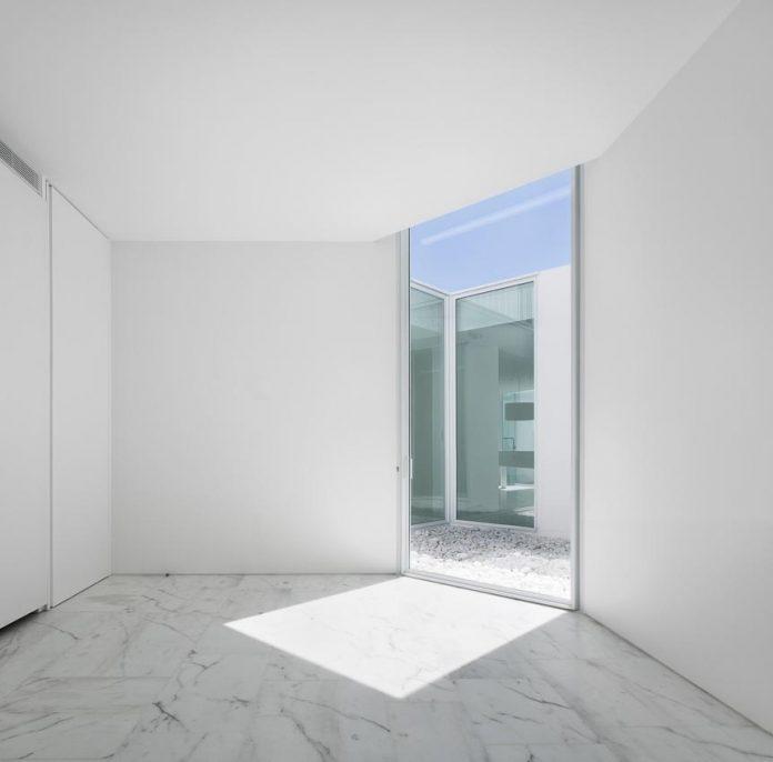 aires-mateus-design-contemporary-white-house-historical-center-alcobaca-14