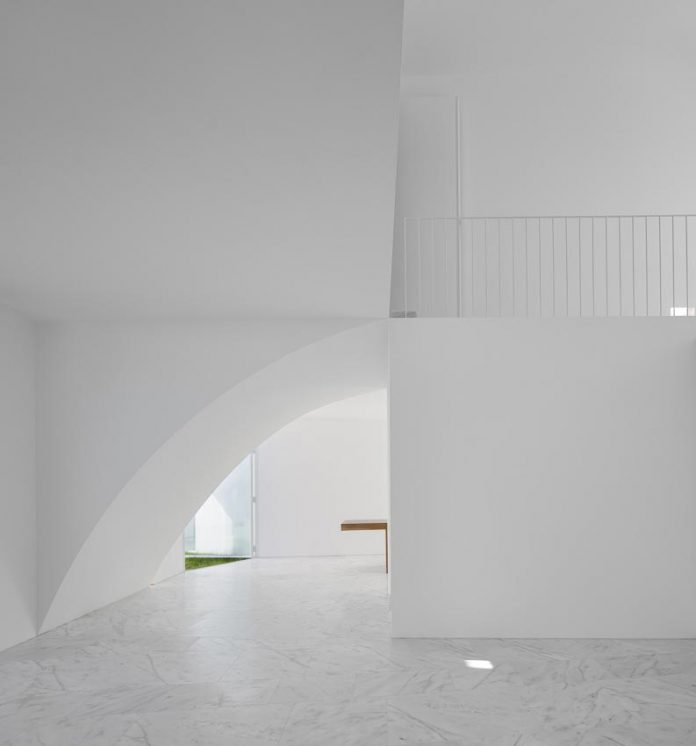 aires-mateus-design-contemporary-white-house-historical-center-alcobaca-15