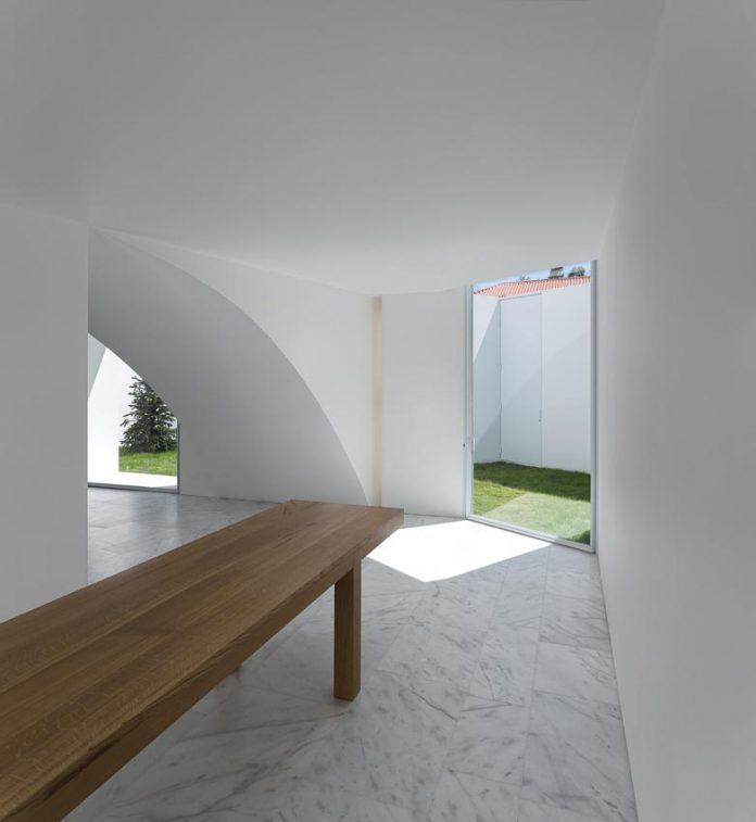 aires-mateus-design-contemporary-white-house-historical-center-alcobaca-16