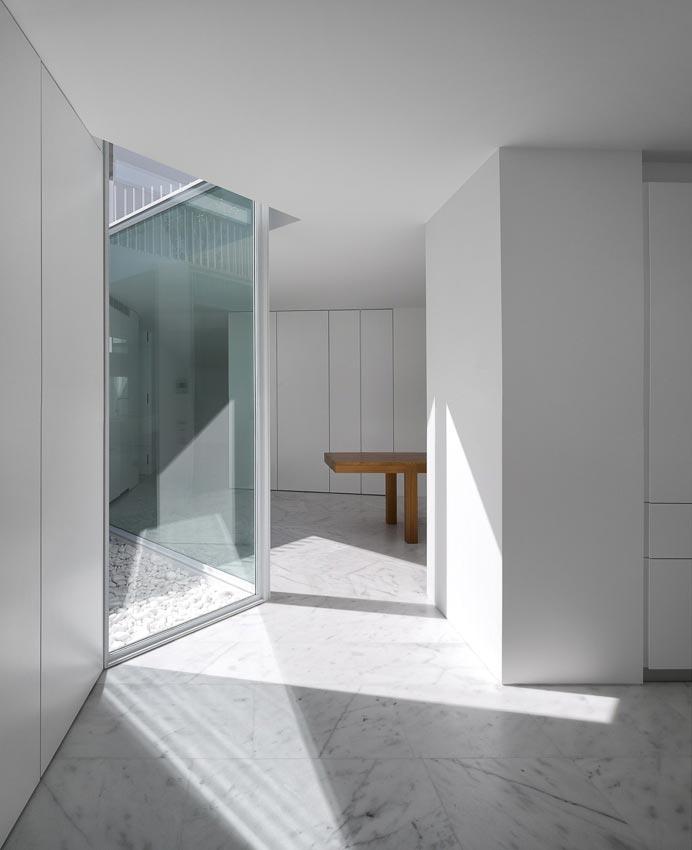 aires-mateus-design-contemporary-white-house-historical-center-alcobaca-17