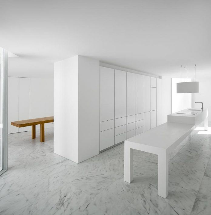 aires-mateus-design-contemporary-white-house-historical-center-alcobaca-18