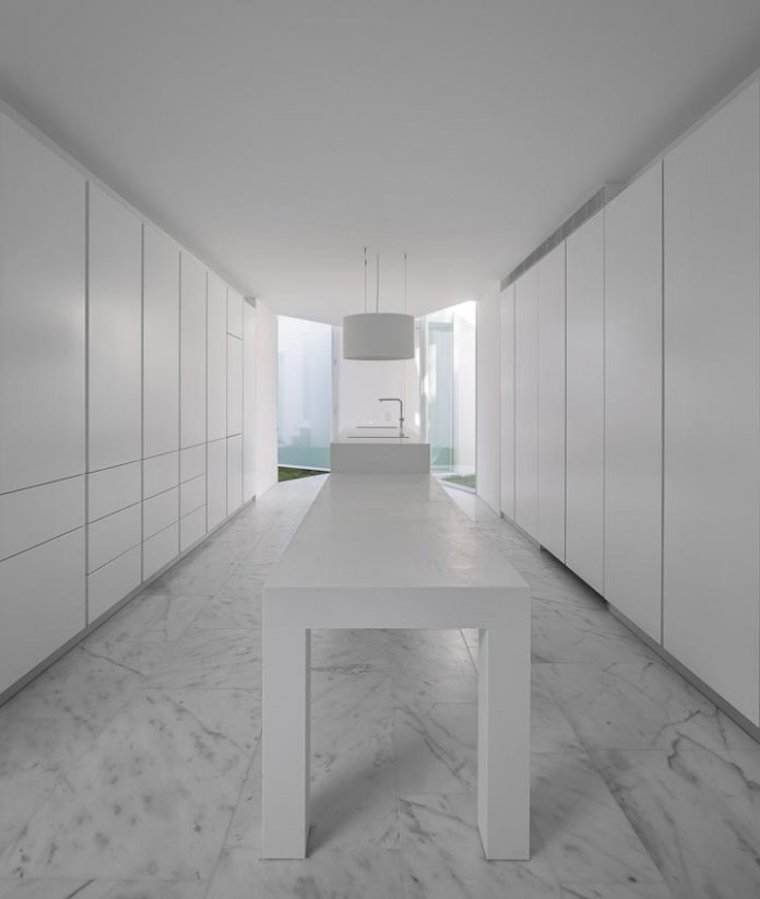 aires-mateus-design-contemporary-white-house-historical-center-alcobaca-19