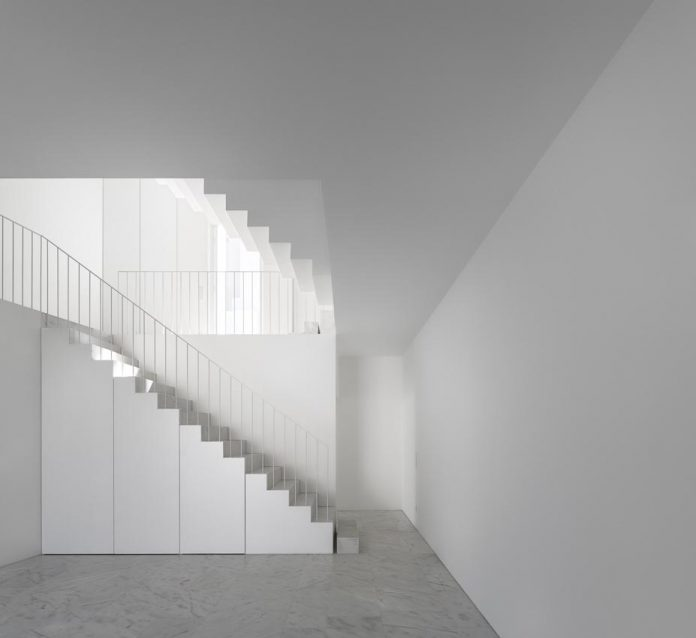aires-mateus-design-contemporary-white-house-historical-center-alcobaca-20