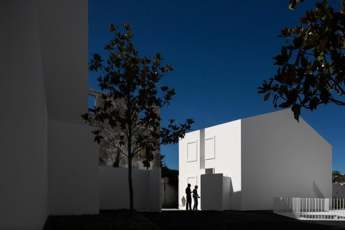 aires-mateus-design-contemporary-white-house-historical-center-alcobaca-21
