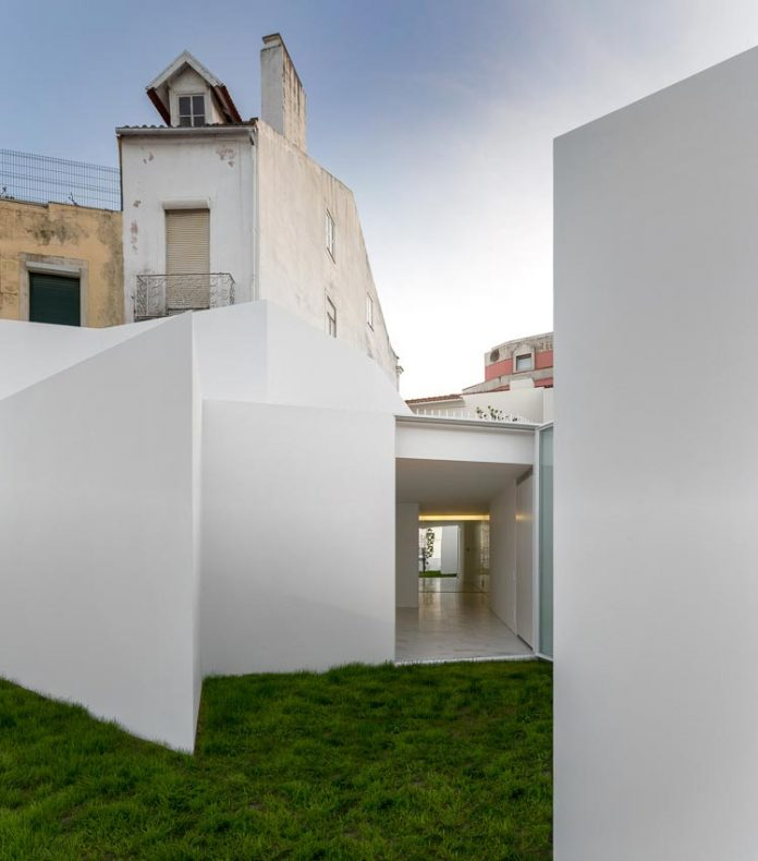 aires-mateus-design-contemporary-white-house-historical-center-alcobaca-22
