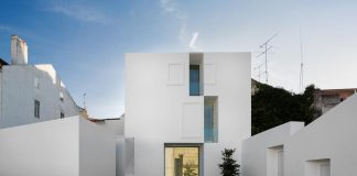 Aires Mateus design a contemporary white house in the historical center of Alcobaça