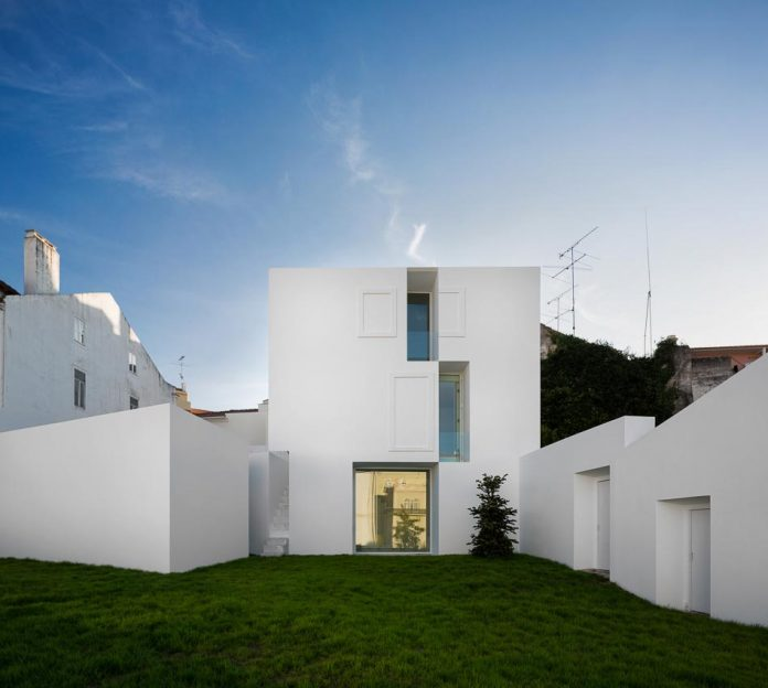 aires-mateus-design-contemporary-white-house-historical-center-alcobaca-23