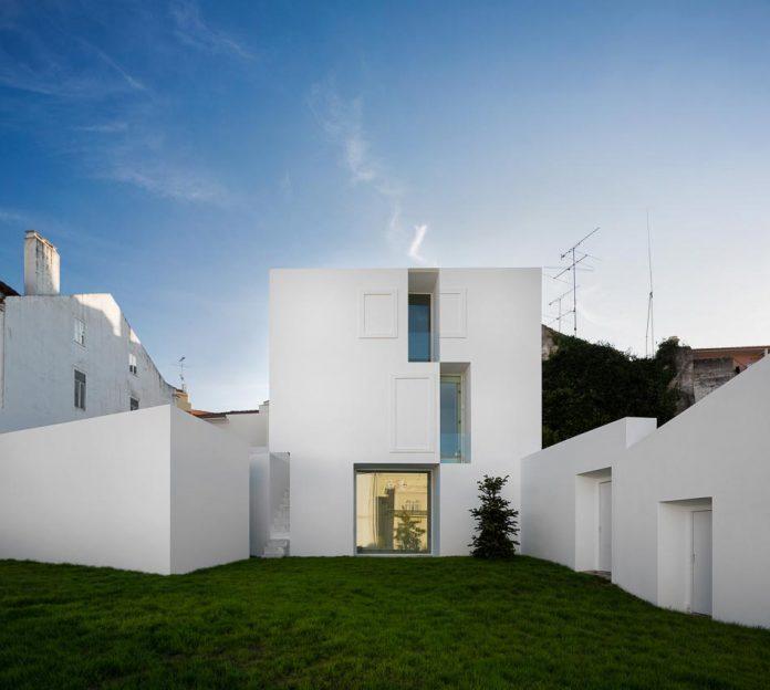 aires-mateus-design-contemporary-white-house-historical-center-alcobaca-23