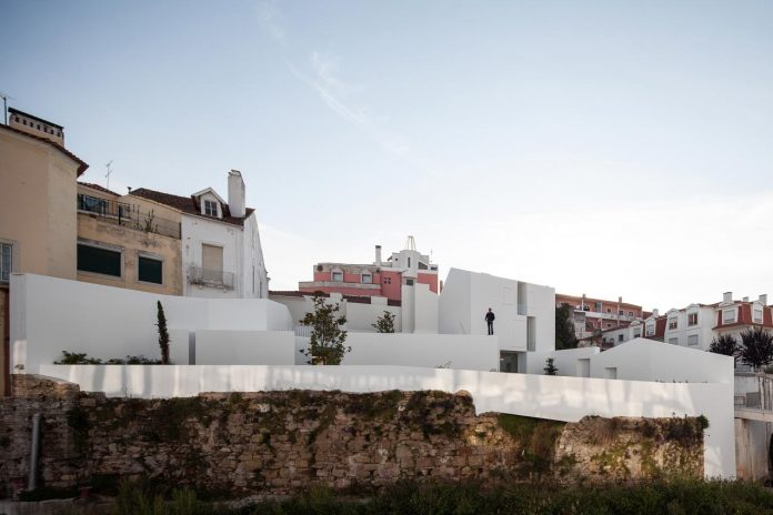 aires-mateus-design-contemporary-white-house-historical-center-alcobaca-24