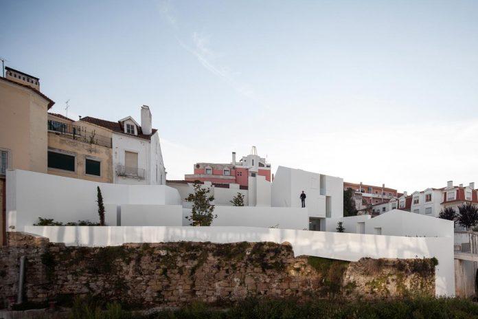 aires-mateus-design-contemporary-white-house-historical-center-alcobaca-24