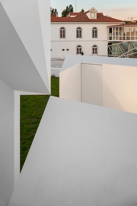 aires-mateus-design-contemporary-white-house-historical-center-alcobaca-25