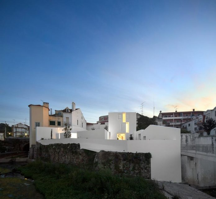 aires-mateus-design-contemporary-white-house-historical-center-alcobaca-26