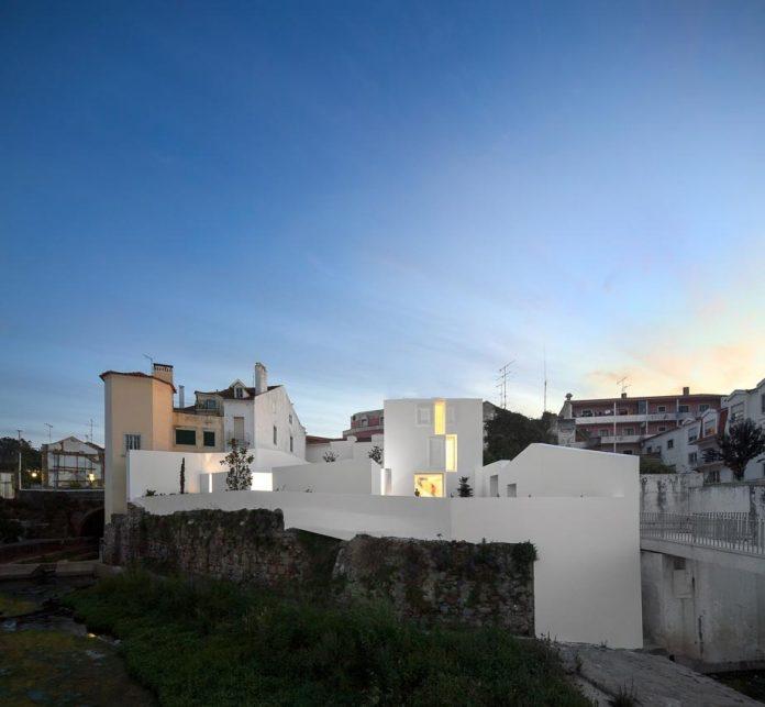 aires-mateus-design-contemporary-white-house-historical-center-alcobaca-26