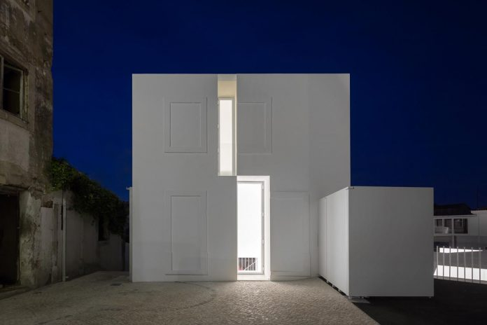 aires-mateus-design-contemporary-white-house-historical-center-alcobaca-27