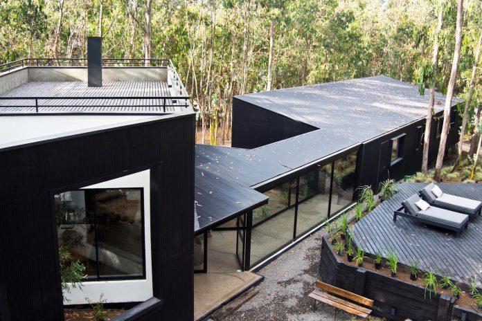 alfredo-comandari-design-aguas-claras-house-located-midst-eucalyptus-forestp-03