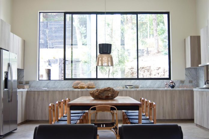 alfredo-comandari-design-aguas-claras-house-located-midst-eucalyptus-forestp-09