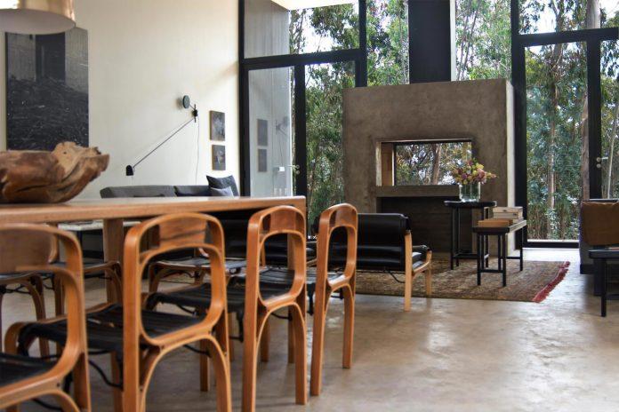 alfredo-comandari-design-aguas-claras-house-located-midst-eucalyptus-forestp-11