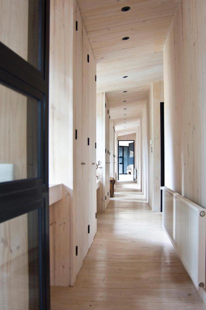 alfredo-comandari-design-aguas-claras-house-located-midst-eucalyptus-forestp-17