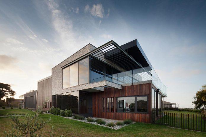 bold-sharp-textural-design-rhyll-villa-jarchitecture-01