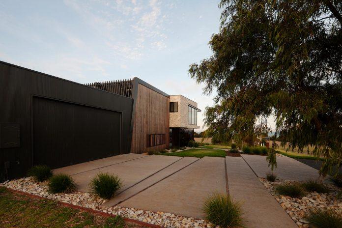 bold-sharp-textural-design-rhyll-villa-jarchitecture-05
