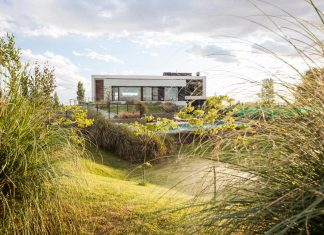 Casa Rampa surrounded by forests and incredible views to Limay River by Andrés Remy Arquitectos