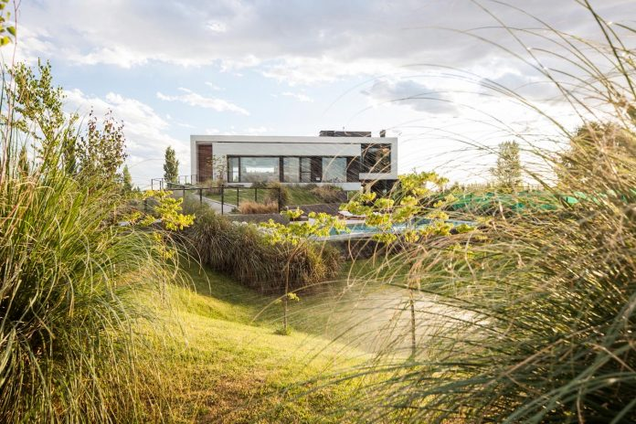 casa-rampa-surrounded-forests-incredible-views-limay-river-andres-remy-arquitectos-01
