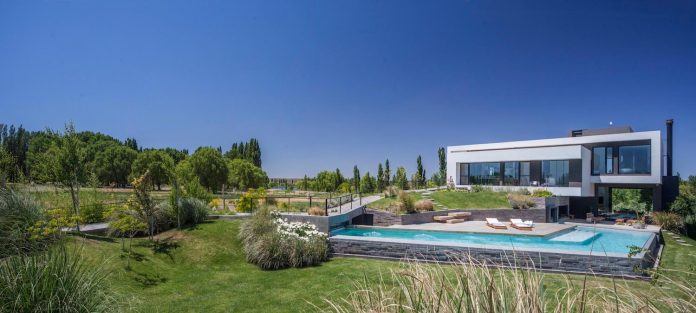 casa-rampa-surrounded-forests-incredible-views-limay-river-andres-remy-arquitectos-02