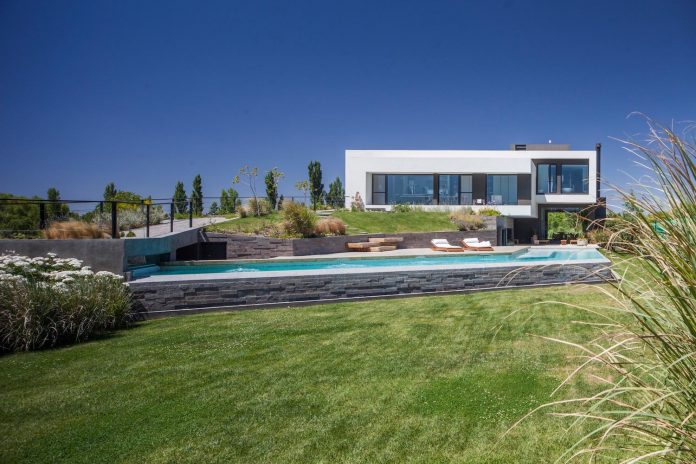 casa-rampa-surrounded-forests-incredible-views-limay-river-andres-remy-arquitectos-03