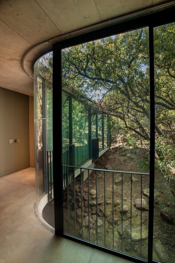 earthworld-architects-interiors-design-gauche-house-situated-one-pretorias-oldest-golf-estates-07