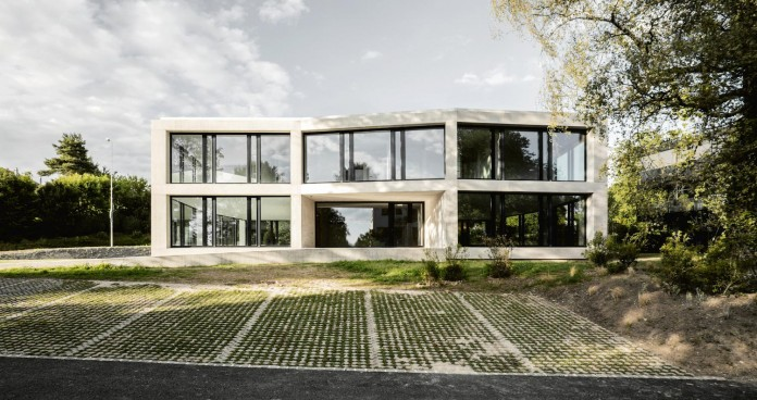 fhv-architectes-design-st-sulpice-ii-villa-made-concrete-glass-metal-02