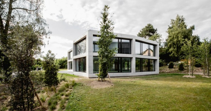 fhv-architectes-design-st-sulpice-ii-villa-made-concrete-glass-metal-03