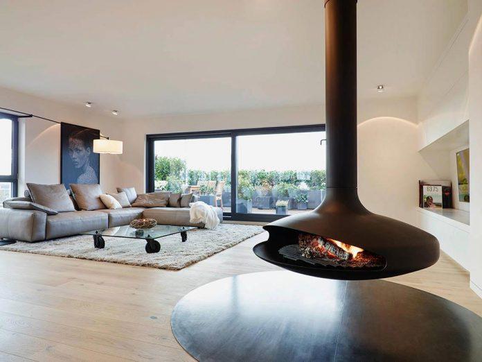 josep-rua-spatial-designer-creates-bright-penthouse-valencia-spain-01