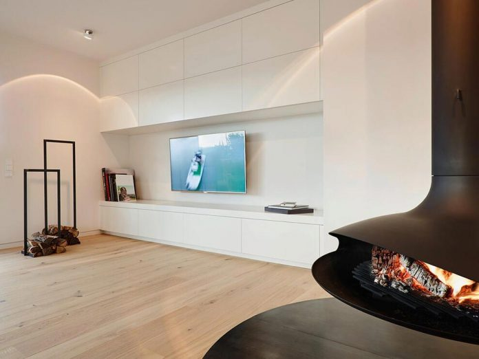 josep-rua-spatial-designer-creates-bright-penthouse-valencia-spain-02