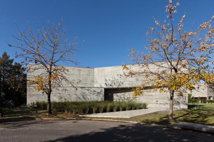 minimalist-concrete-l-house-alric-galindez-arquitectos-01